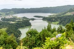Sjöar av Sete Cidades från den Miradouro da utsikten gör Rei på ön av Sao Miguel i Azoresna, Portugal Arkivfoto