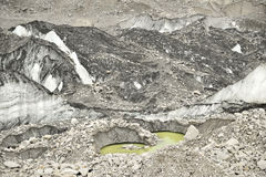 Is sjöar från den Khumbu glaciären och stenar och isbildande himalaya nepal Arkivbilder