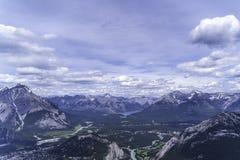 Sjöar och floder runt om banff i den Banff nationalparken royaltyfri foto
