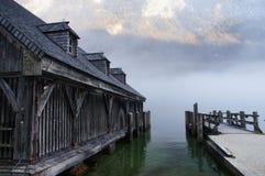 Sjöbod bredvid den dimmiga sjön Konigssee Royaltyfria Bilder