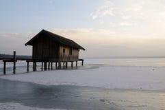 Sjöbod på den Ammersee Tysklandet Bayern i vinter Royaltyfri Bild