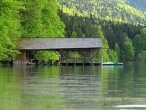 Sjöbod på idylliskt landskap för sjö royaltyfri bild