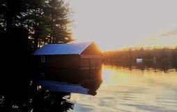 Sjöbod på lakesiden Arkivbilder