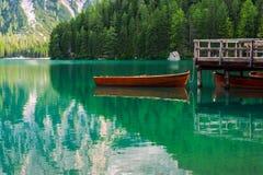 Sjöboden på sjön Braies i Dolomitesberg Arkivfoto