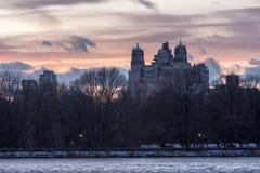 SjöCentral Park och Beresford New York Royaltyfria Bilder