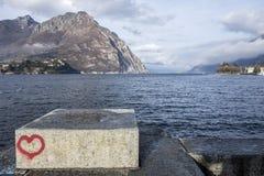 SjöComo sikt från stad av Lecco, Italien Royaltyfri Fotografi