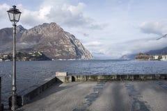 SjöComo sikt från stad av Lecco, Italien Fotografering för Bildbyråer