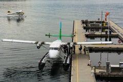 Sjöflygplan i Vancouver hamnflyg centrerar i den Vancouver downtoen arkivfoton