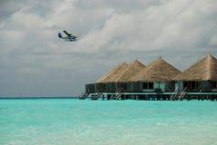 Sjöflygplan- och overwaterbungalower. Gangehi Maldiverna arkivbild