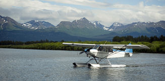 Sjöflygplanet åker taxi in i sjön Hood Ted Stevens National Airport Ancho arkivbild