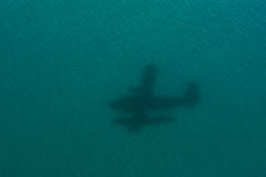 Sjöflygplanskugga på havet på Maldiverna royaltyfria foton