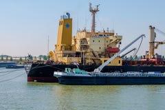 Sjögående skepp som bunkrar bränsle från den inlands- tankfartyget i har Rotterdam arkivfoton