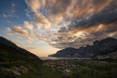 SjöGarda Italien solnedgång Arkivfoto