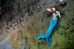 Sjöjungfru i vattnet på kusten arkivbild
