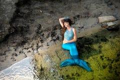 Sjöjungfru i vattnet på kusten royaltyfri fotografi