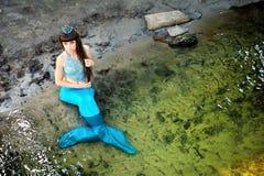 Sjöjungfru i vattnet på kusten royaltyfri bild