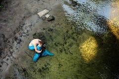 Sjöjungfru i vattnet på kusten arkivbilder