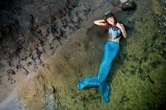 Sjöjungfru i vattnet på kusten royaltyfria bilder