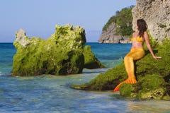 Sjöjungfru på havsbakgrund Royaltyfri Bild