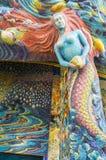 Sjöjungfruskulptur dekorerades med den glasade tegelplattan Arkivbild