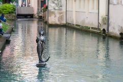 Sjöjungfrustaty på floden i mitten av Treviso royaltyfri bild