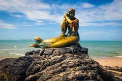 Sjöjungfrustaty på stenen på den Samila stranden royaltyfri foto