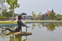 Sjöjungfrustatyn i vatten- och gemenskapbakgrunden royaltyfri foto