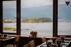 SjöKawaguchiko sikt från restaurangen i höstsäsong, Japan royaltyfria foton