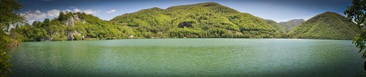 Sjölandskap, blick på landskapet av kullen ovanför flodsjön Royaltyfri Foto