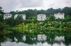 Sjölandskap i Dalat, Vietnam Royaltyfri Foto