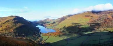 Sjölandskap i den walesiska dalen Arkivbilder
