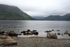 Sjölandskap i en dimmig morgon Royaltyfria Bilder