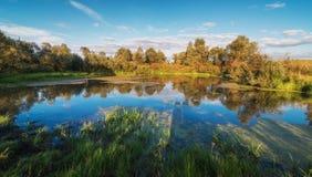 Sjölandskap med härlig reflexion Arkivbilder