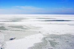 Sjölandskap med snö på isen Arkivbilder