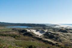 Sjölilja som ses från en kurva av huvudväg 101 av kusten arkivfoto