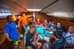 Sjömän deltar i den 12th Ellada för seglingregatta hösten 2014 Royaltyfri Foto