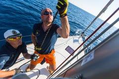 Sjömän deltar i den 16th Ellada för seglingregatta hösten 2016 Arkivbild