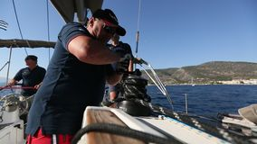 Sjömän deltar i den 16th Ellada för seglingregatta hösten 2016 bland den grekiska ögruppen arkivfilmer