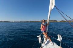 Sjömän deltar i den 16th Ellada för seglingregatta hösten 2016 bland den grekiska ögruppen Arkivbilder
