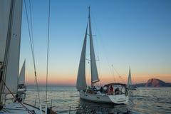 Sjömän deltar i den 12th Ellada för seglingregatta hösten 2014 bland den grekiska ögruppen i det Aegean havet Royaltyfria Foton