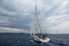Sjömän deltar i den 12th Ellada för seglingregatta hösten 2014 bland den grekiska ögruppen i det Aegean havet Royaltyfria Bilder