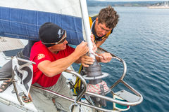 Sjömän deltar i den 12th Ellada för seglingregatta hösten 2014 bland den grekiska ögruppen i det Aegean havet Royaltyfri Bild