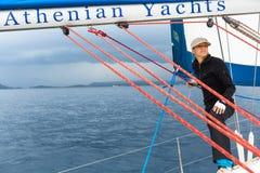 Sjömän deltar i den 12th Ellada för seglingregatta hösten 2014 bland den grekiska ögruppen i det Aegean havet Arkivbild