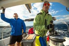 Sjömän deltar i den 12th Ellada för seglingregatta hösten 2014 bland den grekiska ögruppen i det Aegean havet Fotografering för Bildbyråer