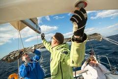 Sjömän deltar i den 12th Ellada för seglingregatta hösten 2014 bland den grekiska ögruppen i det Aegean havet Royaltyfri Foto