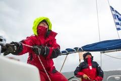 Sjömän deltar i den 12th Ellada för seglingregatta hösten 2014 bland den grekiska ögruppen i det Aegean havet Royaltyfri Fotografi