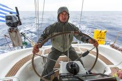 Sjömän deltar i den 12th Ellada för seglingregatta hösten 2014 bland den grekiska ögruppen i det Aegean havet, Royaltyfria Foton