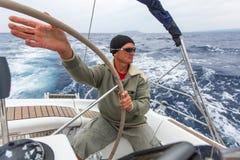 Sjömän deltar i den 12th Ellada för seglingregatta hösten 2014 bland den grekiska ögruppen i det Aegean havet Arkivfoto