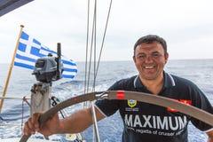 Sjömän deltar i den 12th Ellada för seglingregatta hösten 2014 bland den grekiska ögruppen i det Aegean havet Arkivfoton