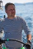 Sjömän deltar i den 16th Ellada för seglingregatta hösten 2016 bland den grekiska ögruppen i det Aegean havet Royaltyfri Bild
